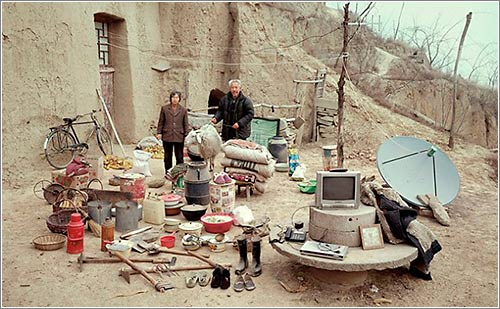 Chinese-Families-With-All-Their-Stuff-In-A-Single-Photo6-640X505