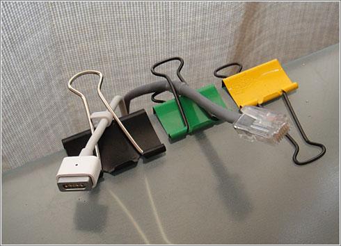 Un organizador de cables con clips metálicos para papel