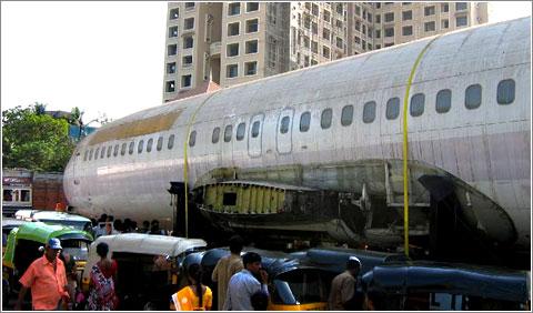 Boeing 737 abandonado en una calle