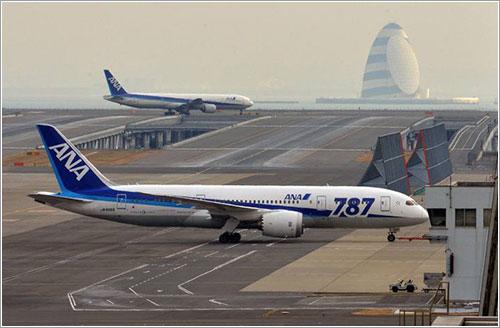 El 787 de ANA en Haneda tras el aterrizaje de emergencia