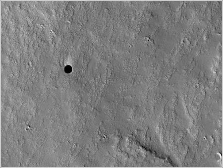 A hole in Mars © NASA, JPL, U. Arizona