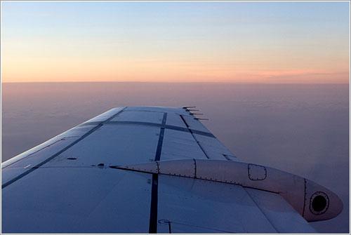 Una ala de un avión en vuelo