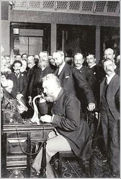 Alexander Graham Bell al teléfono