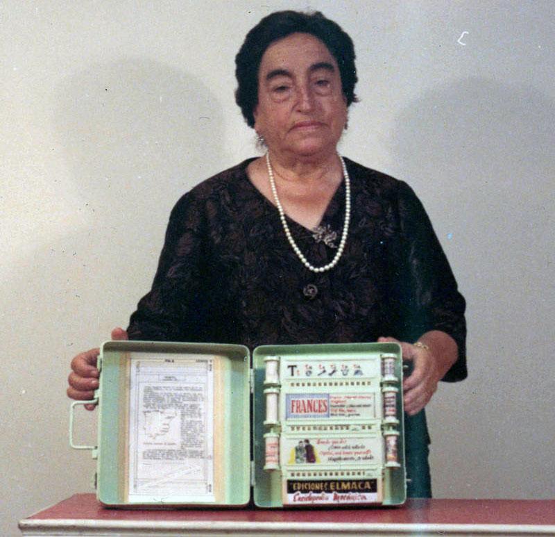 Ángela Ruiz con el prototipo de su enciclopedia mecánica