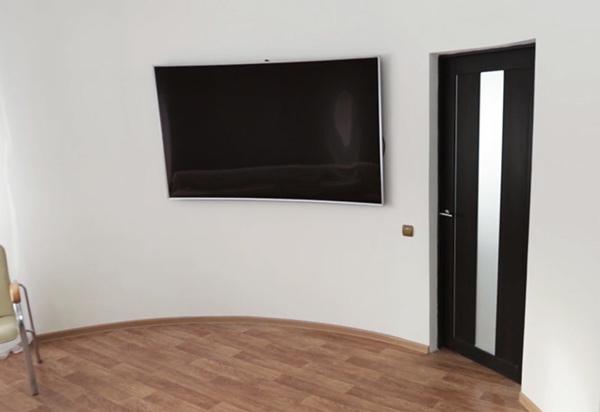 El diseño de esta casa está determinado por la curva del televisor