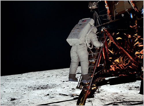 Aldrin descendiendo del Eagle - NASA
