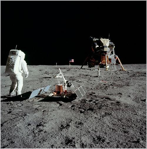 Aldrin junto a alguno de los instrumentos - NASA
