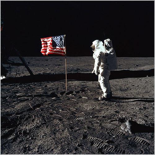 Buzz Aldrin saluda a la bandera - NASA