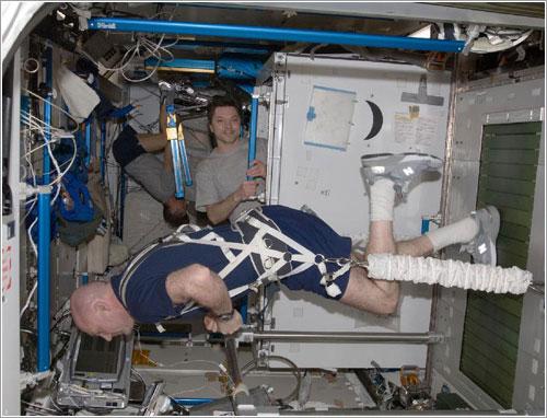 Astronauta haciendo ejercicio