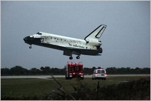 El Discovdery a punto de tomar tierra tras la misión STS-116 © NASA/Mike Kerley
