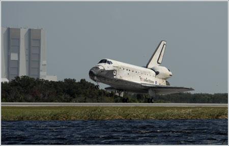 Discovery aterrizando tras la misión STS-120 / NASA