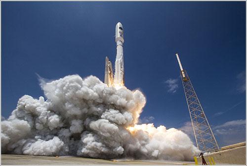 Un Atlas V lanzando el satélite espía NROL-67