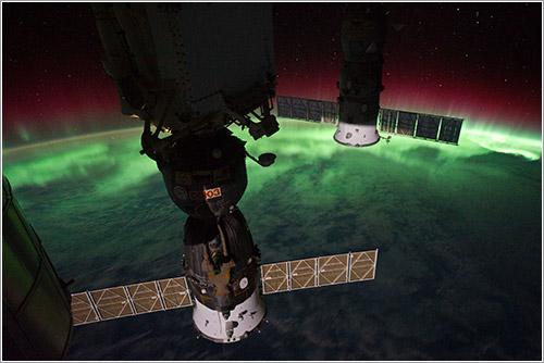 Aurora y cápsulas Soyuz desde la ISS - NASA