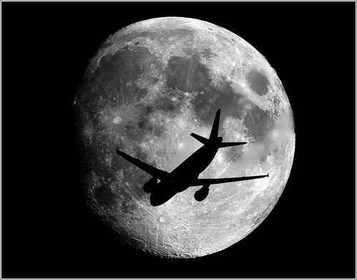 Luna y avión por Sebastien Lebrigand