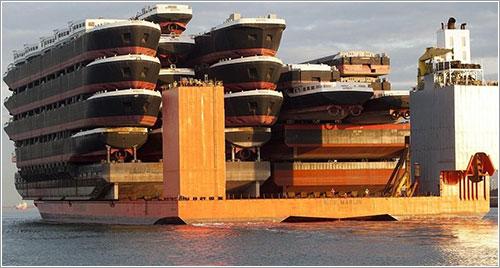 El Blue Marlin transportando barcos que transportan barcos