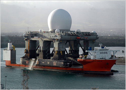 Blue Marlin con una plataforma de radar a cuestas