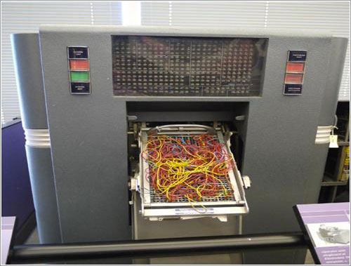 Cables de una máquina de tarjetas perforadas
