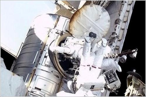 Cassidy y Marshburn saliendo de la esclusa Quest - NASA