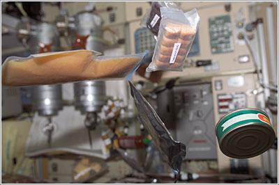 Comida flotando en la ISS - NASA