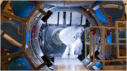 Técnicos de la ESA dentro el ATV-4