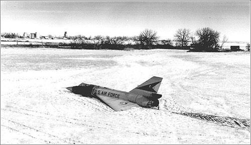 El Cornfield Bomber en el campo en el que aterrizó