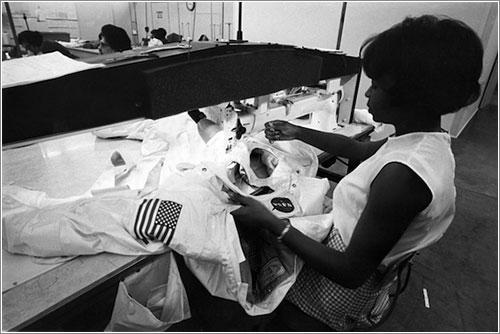 Una costurera de ILC Dover trabajando en uno de los A7L