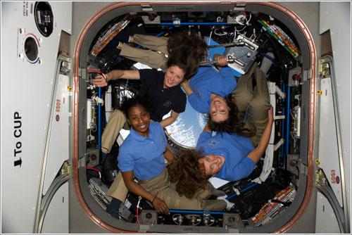 Cuatro mujeres en el espacio