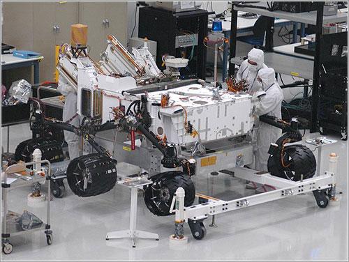 Técnicos del JPL instalando las ruedas - NASA/JPL-Caltech
