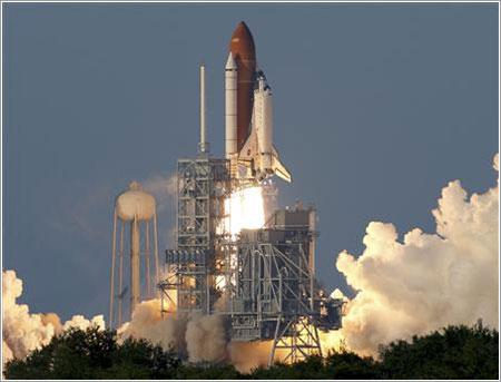 Atlantis despegando en la misión STS-117 © REUTERS/David Carlson