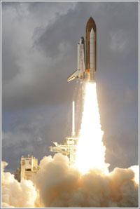 Discovery despegando en la misión STS-120 / NASA