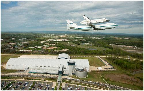 Sobrevolando el centro Udvar-Hazy - NASA/Robert Markowitz
