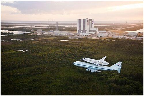 Discovery sobrevolando KSC