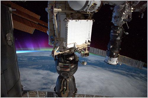 Dos Soyuz y una aurora polar desde la ISS