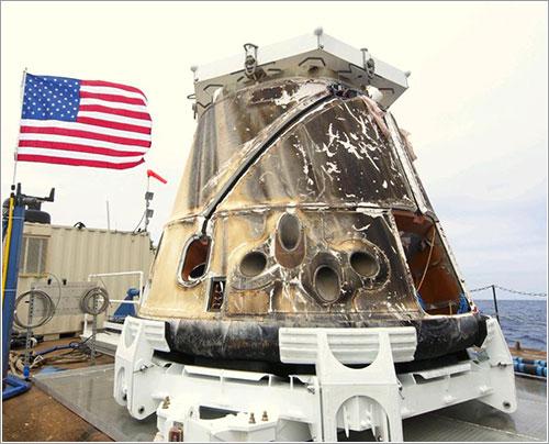 La Dragon C2 en la barcaza que la va a llevar a tierra - SpaceX