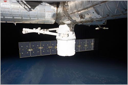 La Dragon CRS1 atracada en el módulo Harmony de la ISS - NASA