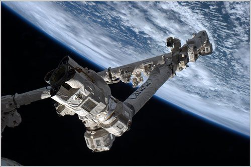 El razo robot de la ISS preparado para capturar la Dragon - NASA
