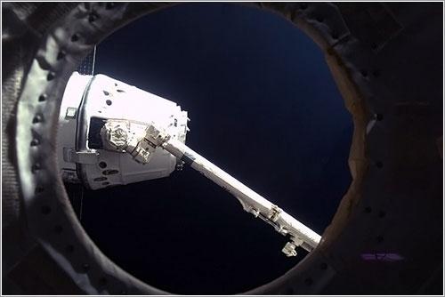 La Dragon CRS-2 enganchada por el Canadarm - NASA