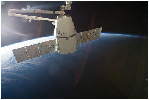 El brazo robot de la ISS listo para soltar la Dragon CRS-2