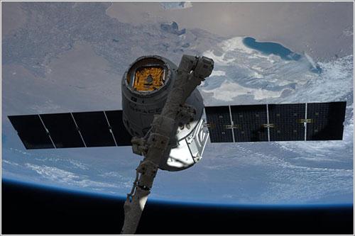 La Dragon CRS3 capturada por el brazo robot de la EEI