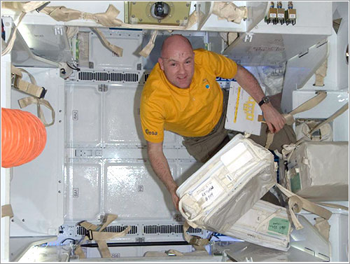 André Kuipers en el interior de la Dragon - NASA