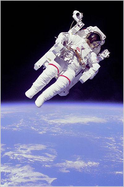 Bruce McCandless flotando solo en el espacio