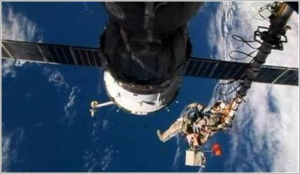 Kononenko mientras lo aproximan a la ubicación del perno - NASA TV
