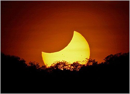 Salida del Sol, ya parcialmente eclipsado