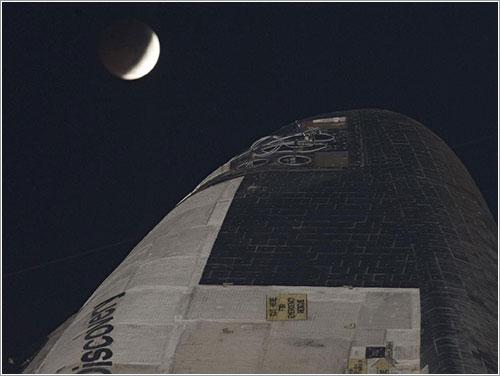 Discovery y el eclipse lunar - NASA/Kim Shiflett