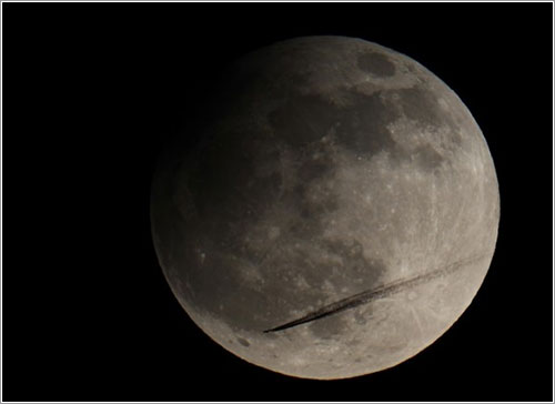Luna eclipsada y avión