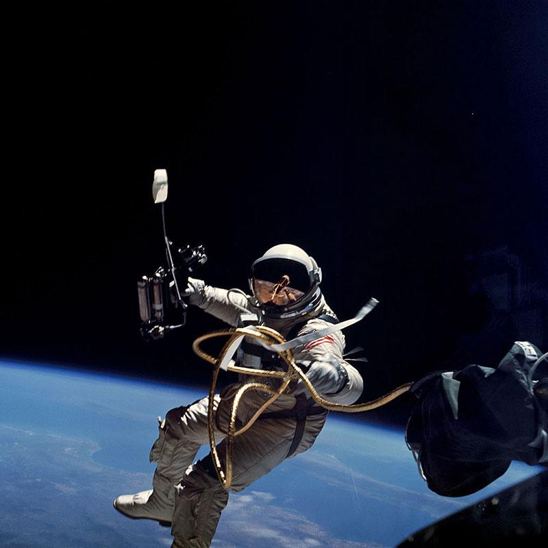 Ed White en el primer paseo espacial de la NASA
