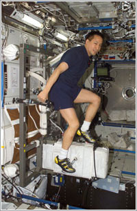 Edward T. Lu haciendo ejercicio a bordo de la ISS - NASA