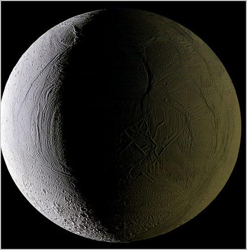 Encélado iluminado por el Sol y Saturno por Ian Regan