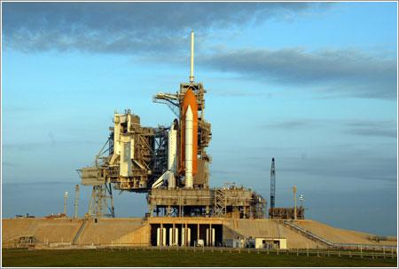 El Endeavour en la plataforma de lanzamiento - NASA/Ken Thornsley