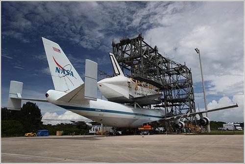 Endeavour a lomos del SCA NASA 905
